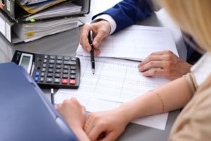 Terceirizar os laudos de exames pode otimizar as finanças da clínica.